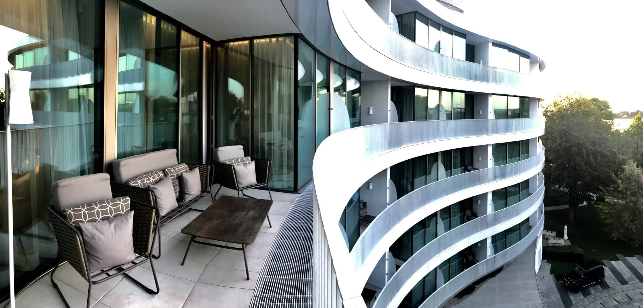 Für das Gesamtbild: Aufnahme des Außenbereichs der Hotelzimmer