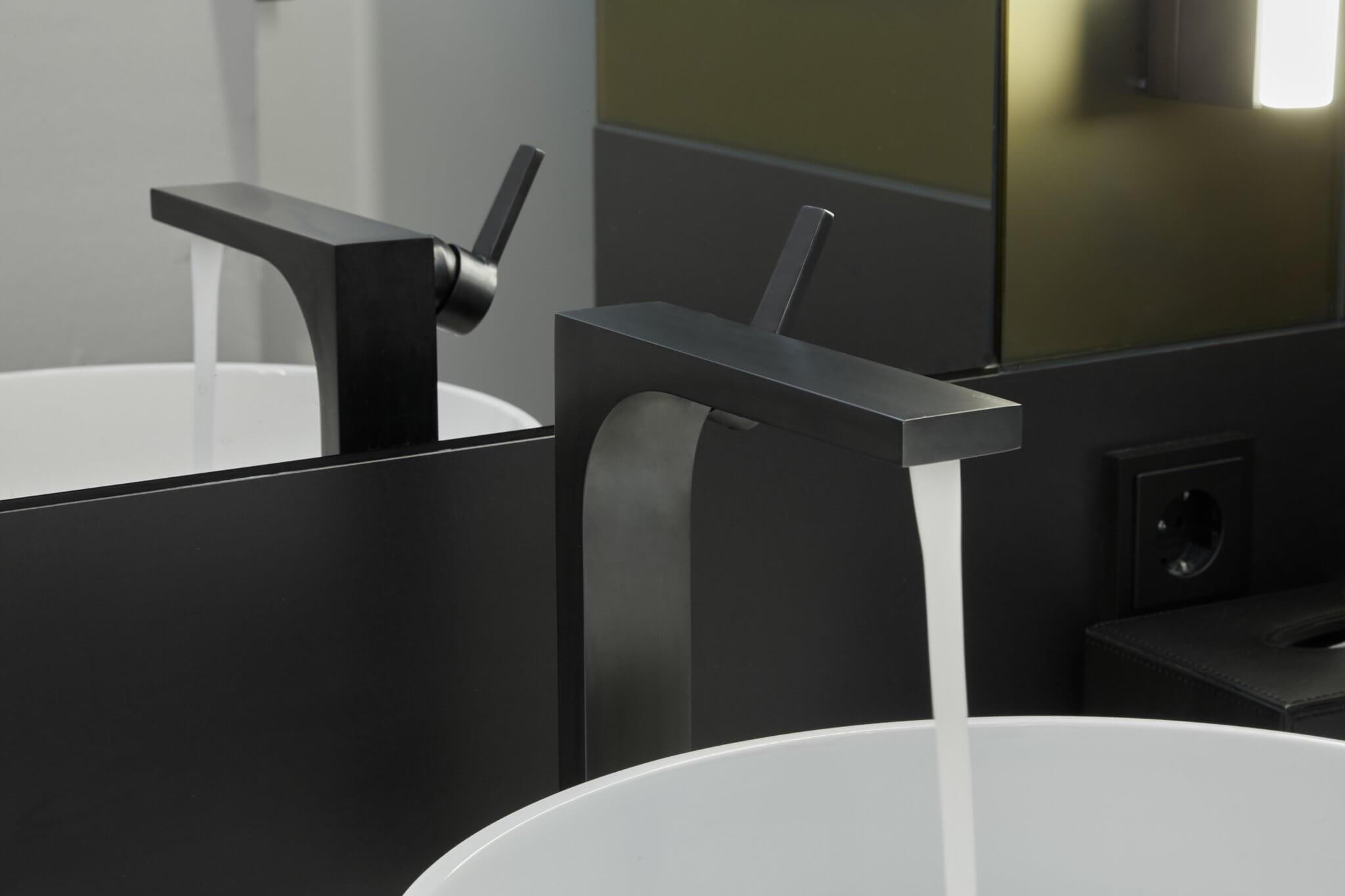 Schwarze eloxierte Waschtischarmatur mit Wasserlauf - Nahaufnahme